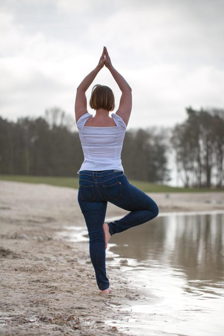 Claudia in 'de boom' yoga pose asana